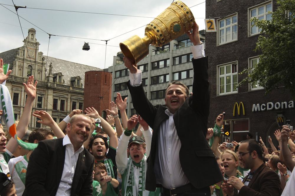 Klaus Allofs und Thomas Schaaf mit dem DFB-Pokal